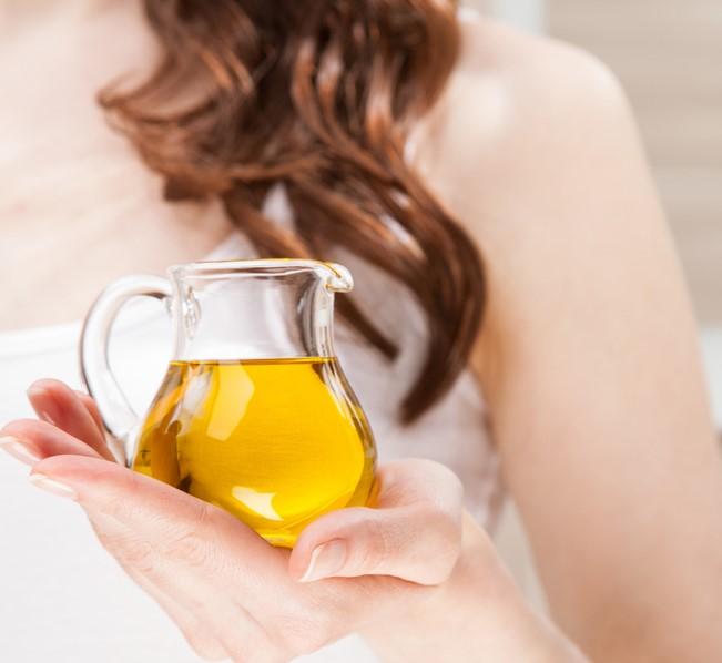 ماسك الطحينة والخل الابيض يتطلب اختيار الزيت المناسب حسب نوع الشعر لتقويته وتغذيته