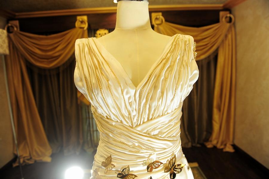 c3324797fe8cb ذهب ومجوهرات تزين اغلى فستان زفاف لمصممة سعودية - مجلة هي