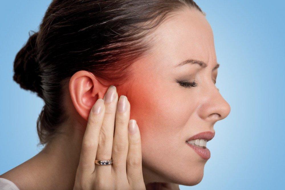 يعاني بعض المصابين بفيروس كورونا من وجع الاذن