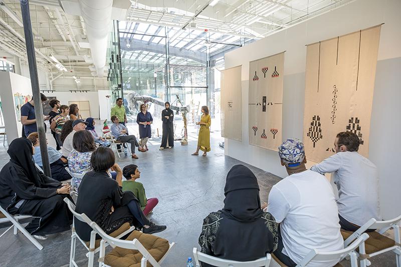 معرض  المجتمع والنقد الفني  للفنانين الواعدين في دولة الإمارات - مجلة هي