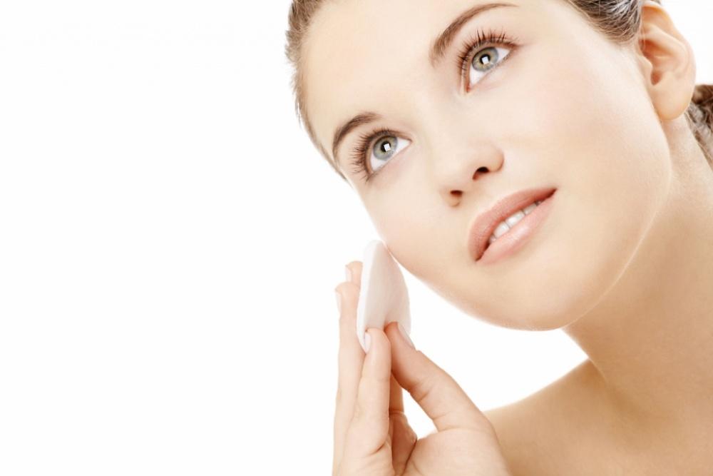 استخدمي وسادات قطنية لإزالة المكياج عن العيون