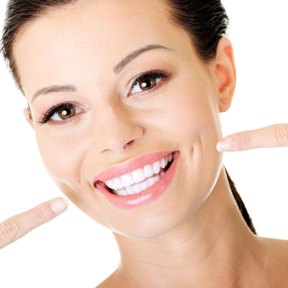 طريقة وفوائد تبييض الأسنان بالفحم لإبتسامة جذابة في الشتاء.