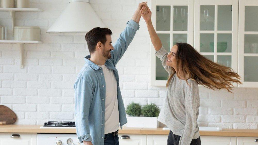 إيجابيات وسلبيات الزواج عن حب الزواج عن حب يحقق الشعور بالسعادة
