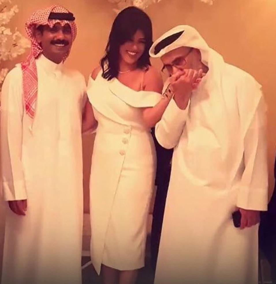 شاهدوا خالد الشيخ يقبل يد ابنته نور في عقد قرانها على خالد الشاعر مجلة هي
