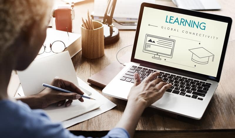 كورونا فرض التعليم عن بعد وزيادة استخدام الأجهزة الحديثة