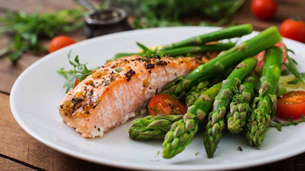 افضل رجيم هو الحدّ من الأطعمة التي تحتوي على الكربوهيدرات و التركيز على الأطعمة الغنيّة بالبروتين