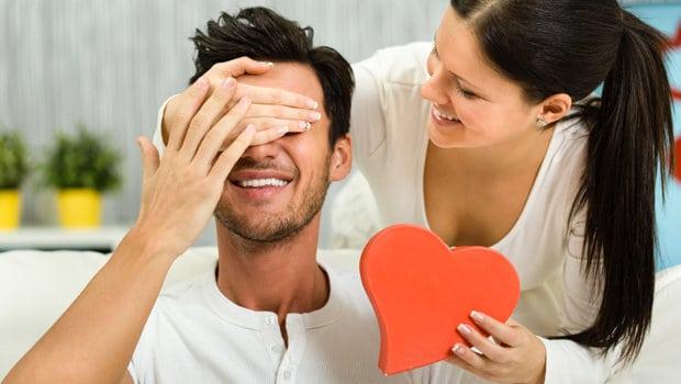 من نصائح لقضاء ليلة سعيدة مع زوجك في العيد تدليله والتعبير عن حبك له