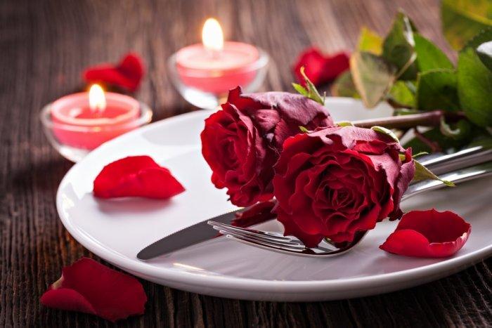 من نصائح لقضاء ليلة سعيدة مع زوجك في العيد إعداد عشاء رومانسي معه على ضوء الشموع