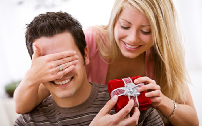 من نصائح لقضاء ليلة سعيدة مع زوجك في العيد إحضار هدية له