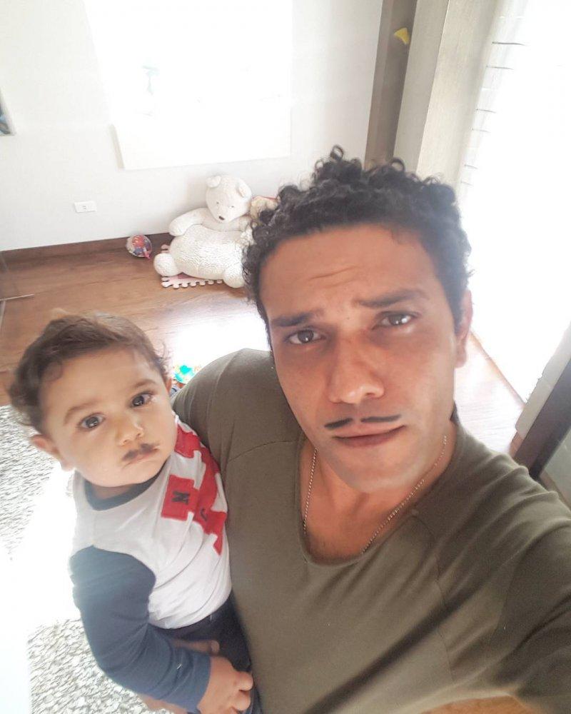 شاهدوا كيف قلد ابن آسر ياسين الأكبر الفنان عمرو دياب مجلة هي