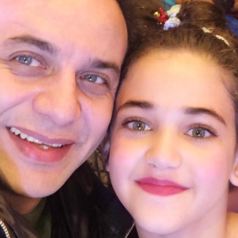 صورة ابنة مصطفى قمر الصغرى تثير الجدل بين المتابعين نسخة عن والدها مجلة هي