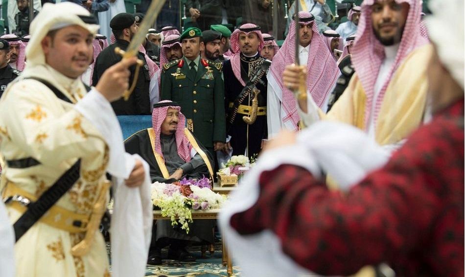 بالصور.. الملك سلمان بن عبدالعزيز يرعى حفل العرضة السعودية بالجنادرية 32 - مجلة هي