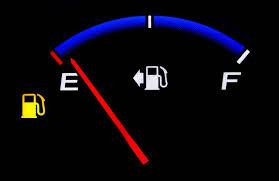 معلومات عن اشارة التحذير من انخفاض الوقود في السيارة - مجلة هي