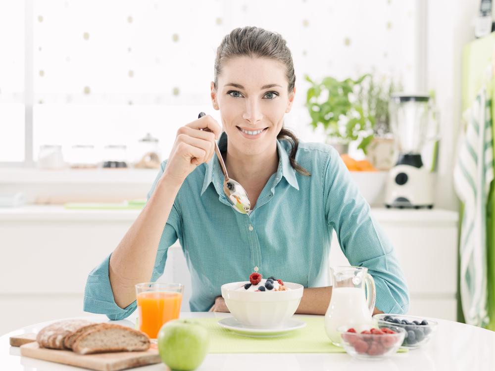 الحصول على بطن مسطح بالالتزام اليومي بوجبة الافطار الغنية بالبروتينات