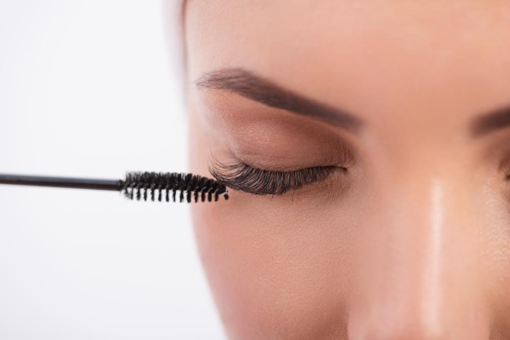 خلطات طبيعية من الفازلين تستخدم بحرص ودون ملامسة قاع العين لتطويل الرموش