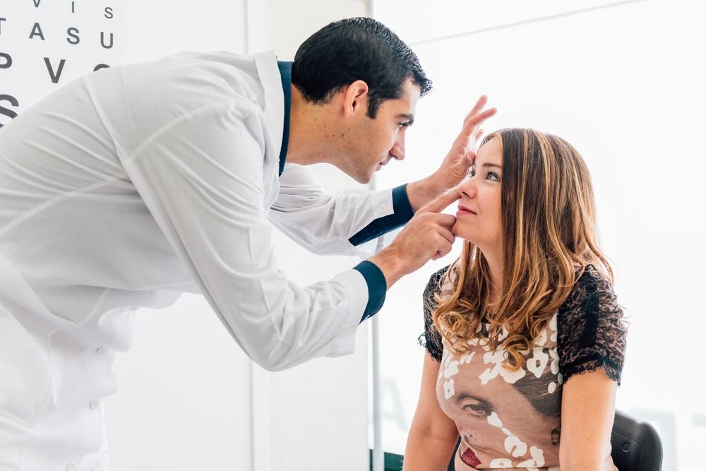 ينصح الطبيب باجراء القرنية نتيجة الالم او تشوش الرؤية
