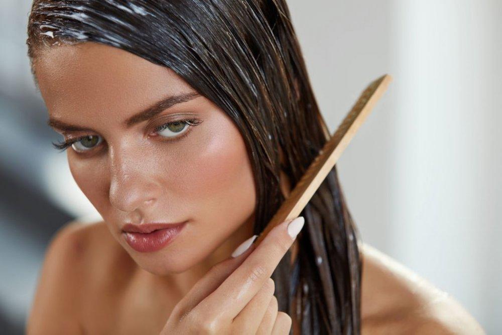 8caac305b كيفية ترطيب الشعر الجاف بعد الاستحمام - مجلة هي