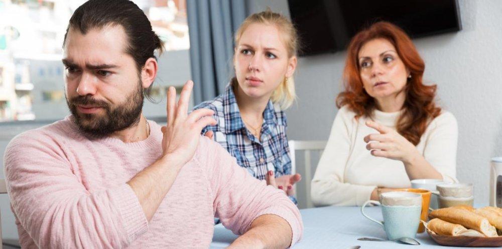 كيف تتعامل الزوجة مع كره الزوج لأهلها