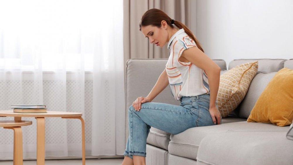 الجلوس لفترات طويلة يزيد من آلام البواسير.