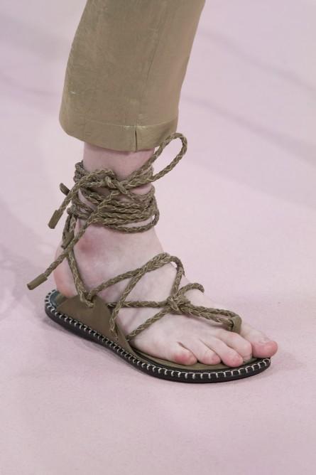 070e7a97d ... نحو الأعلى، منها حذاء Demeulemeester Ann، أو الحذاء كبير المقاس من  Cerruti بالنعل الطويل، وهي من النوعية التي تثير دهشة الرجال لأناقتها  وقصاتها المميزة.