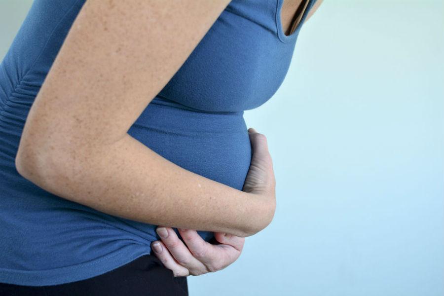 اسباب الم الجزء العلوي من البطن اثناء الحمل - مجلة هي