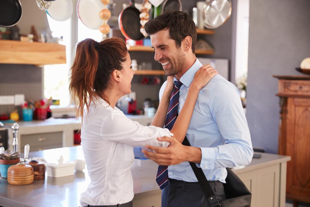 استقبلي زوجك بابتسامة وتجني الوجه العابس خلال تعاملاتك اليومية