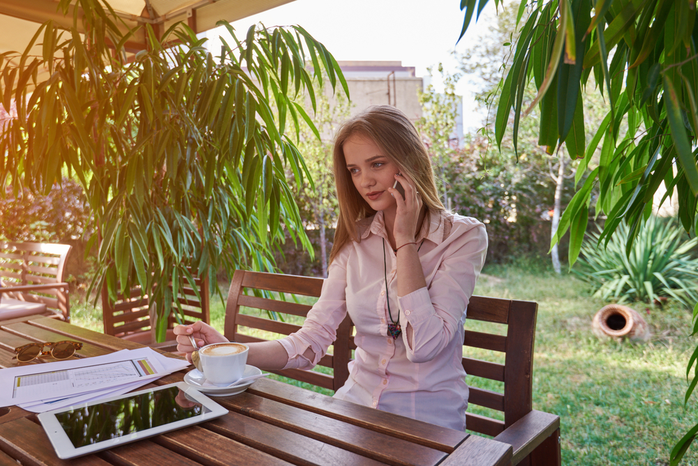 اعطاء الزوج مساحة من الحرية والتواصل البسيط على مدار اليوم كي يشتاق اليك ويهتم بك