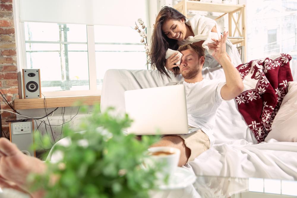 اهتمام الزوجة بالزوج من اهم النصائح لجعله يهتم بها وهي بعيده بعنه