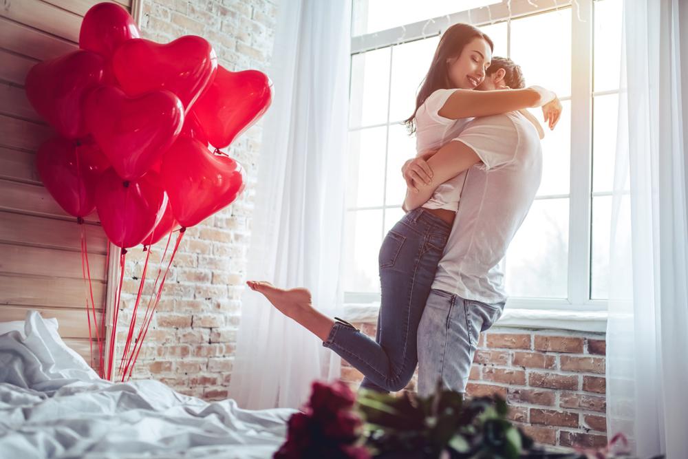 تغير ديكور غرف النوم وخلق الاجواء الرومانسية تجعل الزوج يهتم بالزوجة وهو بعيد عنها