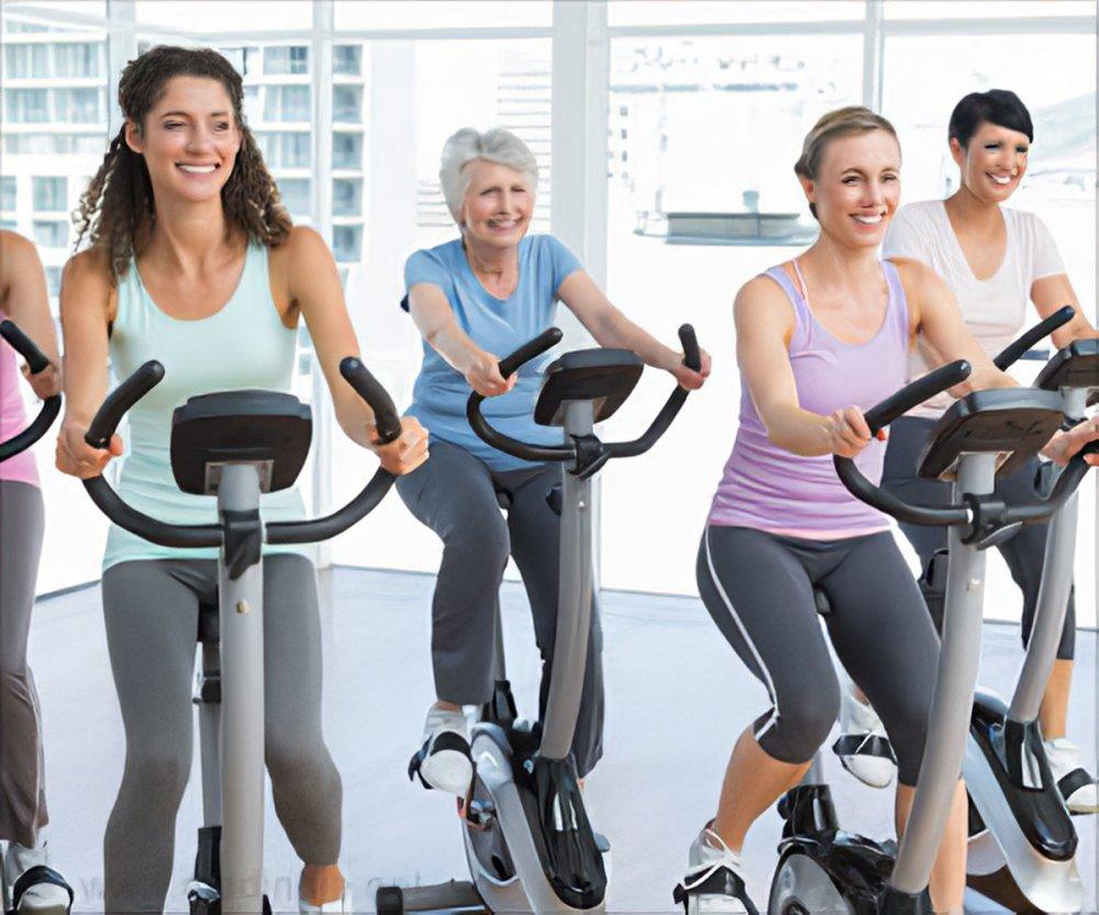 تشمل التمارين المفيدة رفع الأثقال والمشي والجري وركوب الدراجات والرقص والسباحة وغيرها