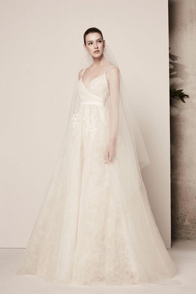 7ff92fb92 أجدد فساتين زفاف باللون الاوف وايت للعروس - مجلة هي