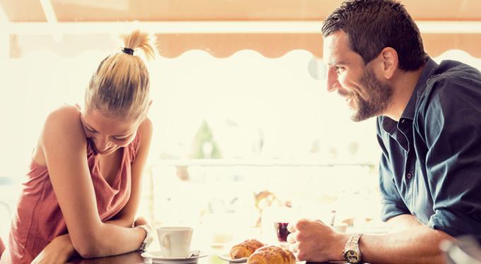 تحول الصداقة الى حب عند الرجل يظهر في كلامه وتلميحاته