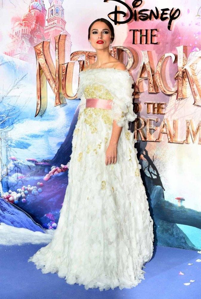 اطلالة مستوحاة من الأميرات في فستان أبيض من شانيل تألقت بها كيرا نايتلي
