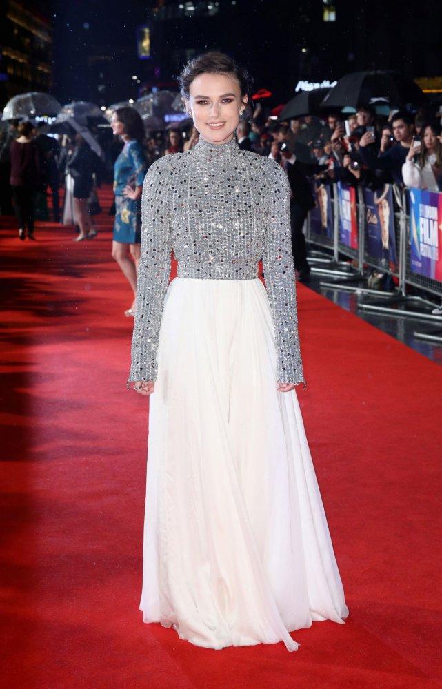 اطلالة لافتة في فستان باللونين الفضي والأبيض تألقت بها كيرا نايتلي من شانيل