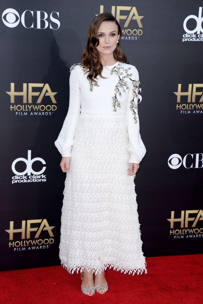 كيرا نايتلي في فستان أبيض اختارته من جيامباتيستا فالي عام ٢٠١٤