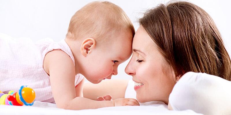 يحب اللعب مع الأم والطفل حول كيف يمكن للأطفال أن يكبروا
