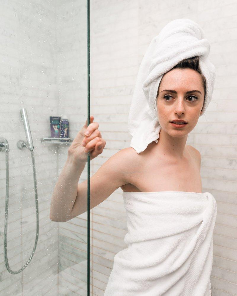 استحمي بالماء الفاتر وطبقي الماسكات الطبيعية قبل نزع الشعر لنعومة جسمك في عيد الاضحى