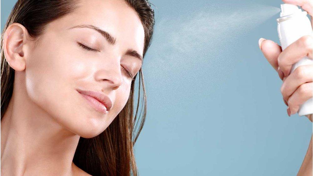 قومي برش وجهك برذاذ مثبت للمكياج لحماية بشرتك والحفاظ على مكياجك لفترة أطول