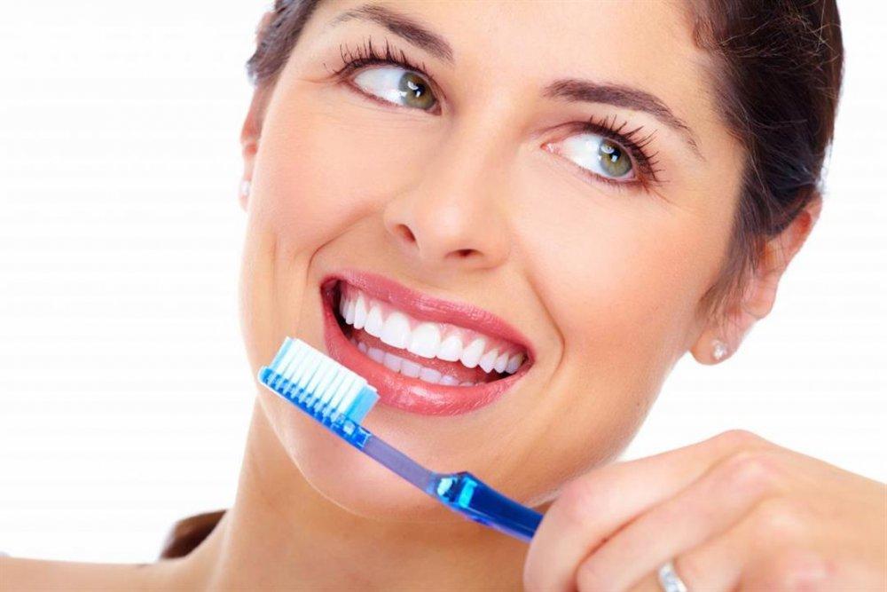 وضع الملح والماء وفركه بالفرشاة يساعد في تبييض الأسنان