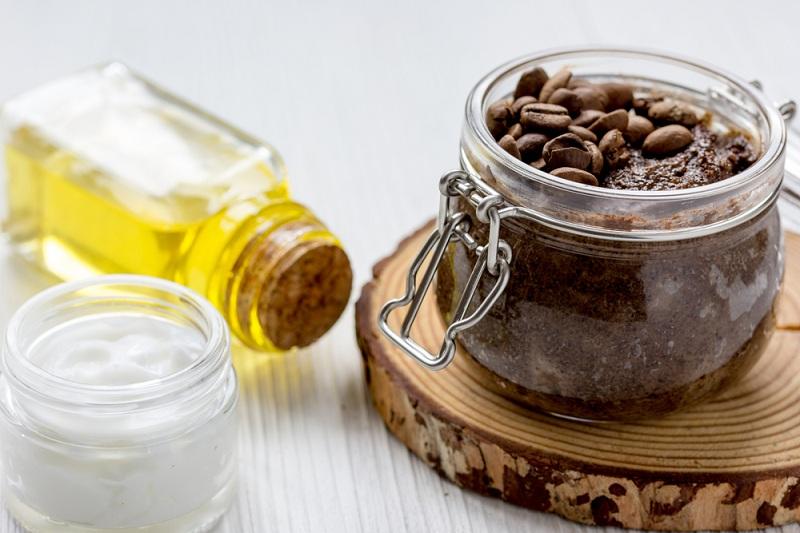 استخدام قناع القهوة وزيت الزيتون لبشرة مشدودة خالية من التجاعيد