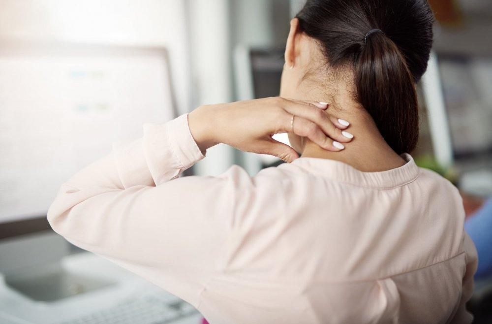 الجلوس بطريقة خاطئة يسبب آلام الرقبة ومؤخرة الرأس