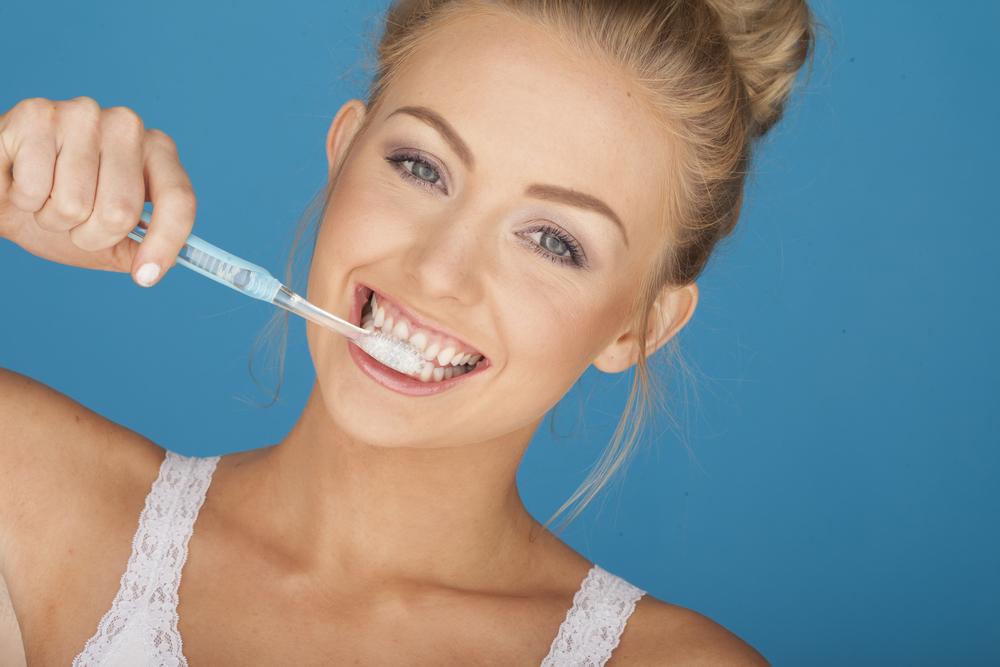 الضغط بقوة اثناء تفريش الاسنان يسبب تآكل مينا الاسنان