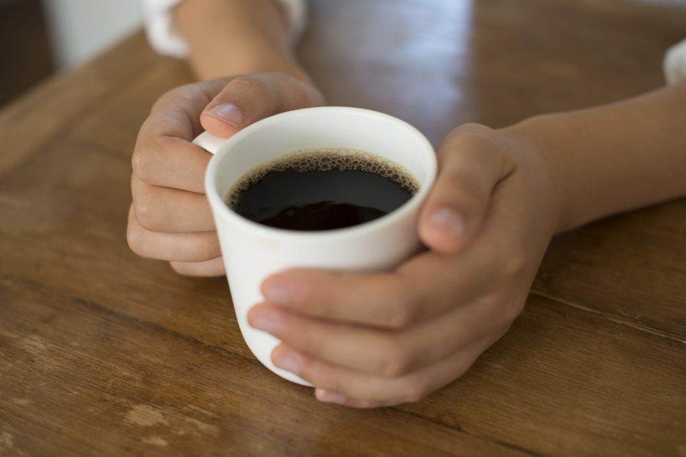 تقليل تناول المشروبات الغنية بالكافيين لتجنب ألم الاسنان