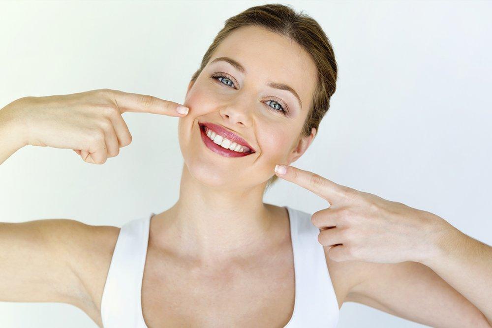 كيفية العناية بالأسنان بالطرق الطبيعية لإبتسامة جذابة لمناسبة حفلة نهاية العام