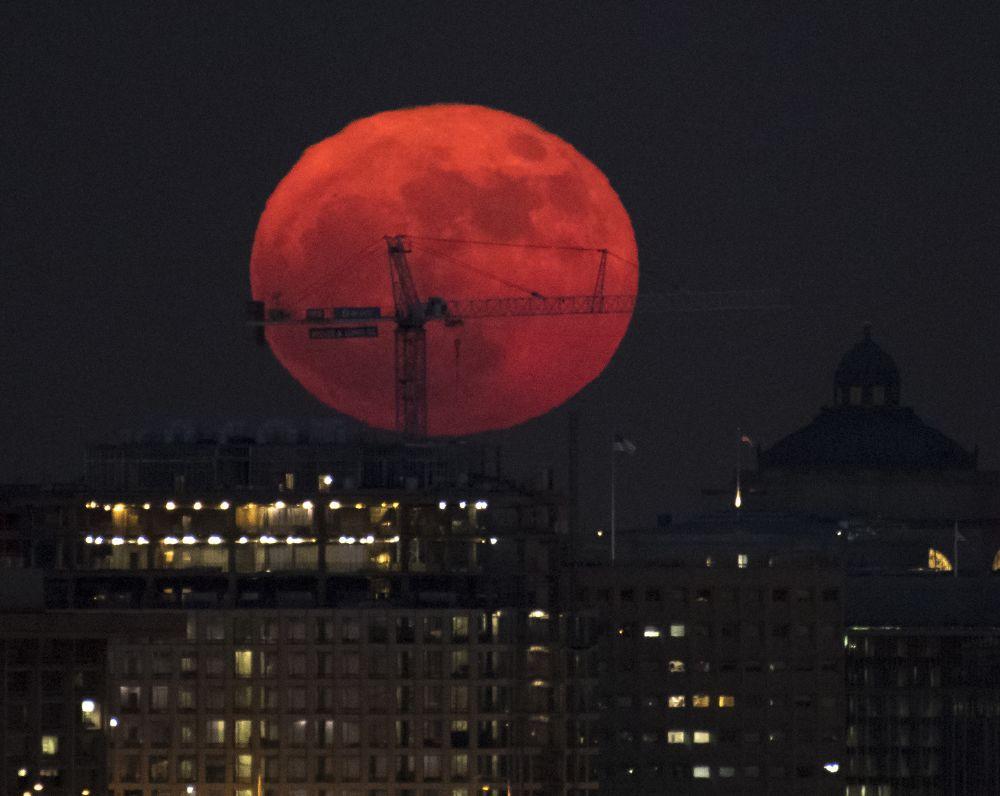 صور القمر العملاق يضيء أرجاء العالم - مجلة هي