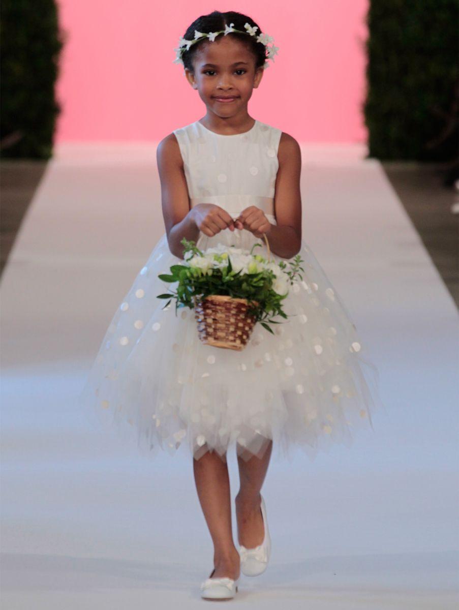 ea3b77399 العديد من بيوت الأزياء العالمية تقدم مجموعات فساتين فتيات الزهور، وبشكل عام  فساتين الفتيات الصغيرات البيضاء رائعة بتصاميمها ونعومتها، قدمت دار اوسكار دي  لا ...