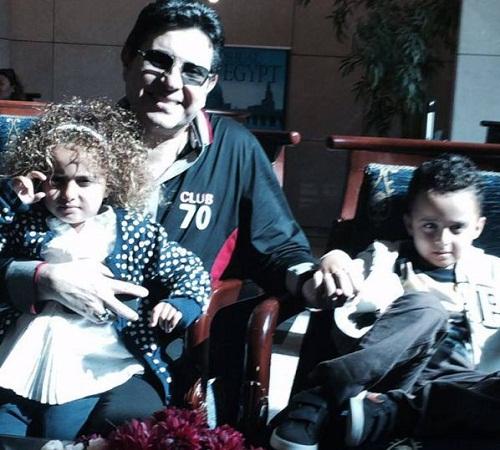 هاني الشاكر مع حفيديه