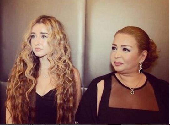 هنا الزاهد مع والدتها