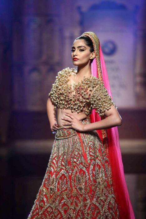 f84a320bf مجموعة أزياء سابياساشي موخرجي (Sabyasachi Mukherjee) للعرائس لعام 2017.