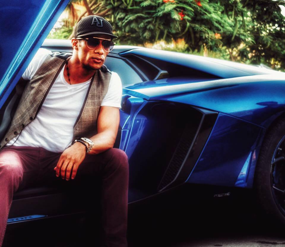 محمد رمضان في سيارته الجديدة